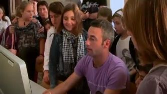 Professor italiano com alunos multimédia