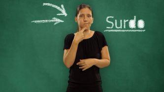Como se traduz surdo e ouvinte para Língua Gestual?